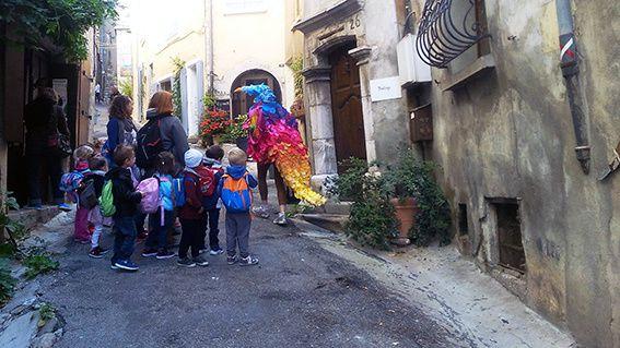 L'Oiseau cherche auprès des habitants de Serres des objets pour décorer sa scène de parade.