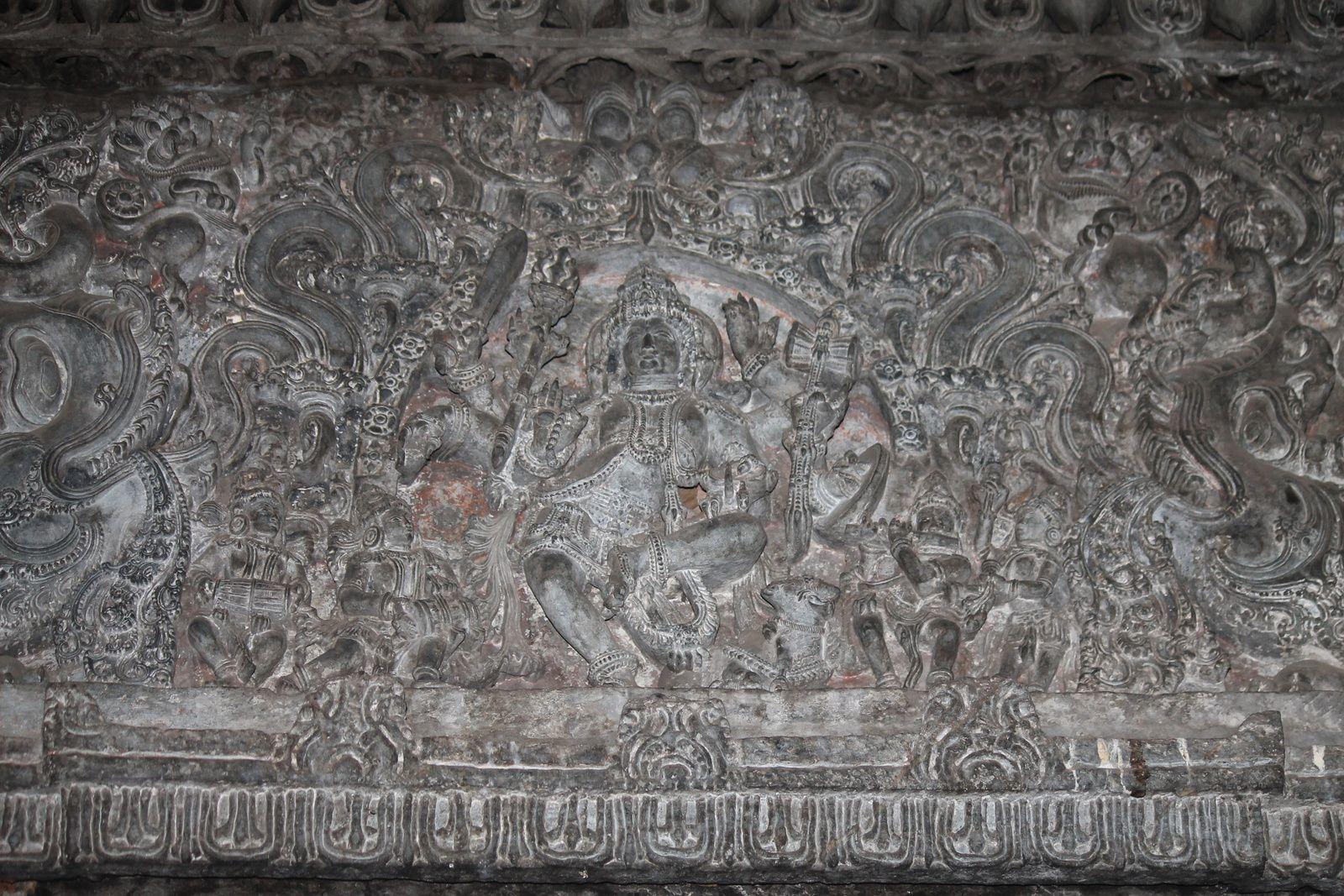 Vous avez un beau GANESH, un petit Nandi et un lingam à l'intérieur  et à l'extérieur du sanctuaire, un énorme Nandi monolithique dans un autre sanctuaire