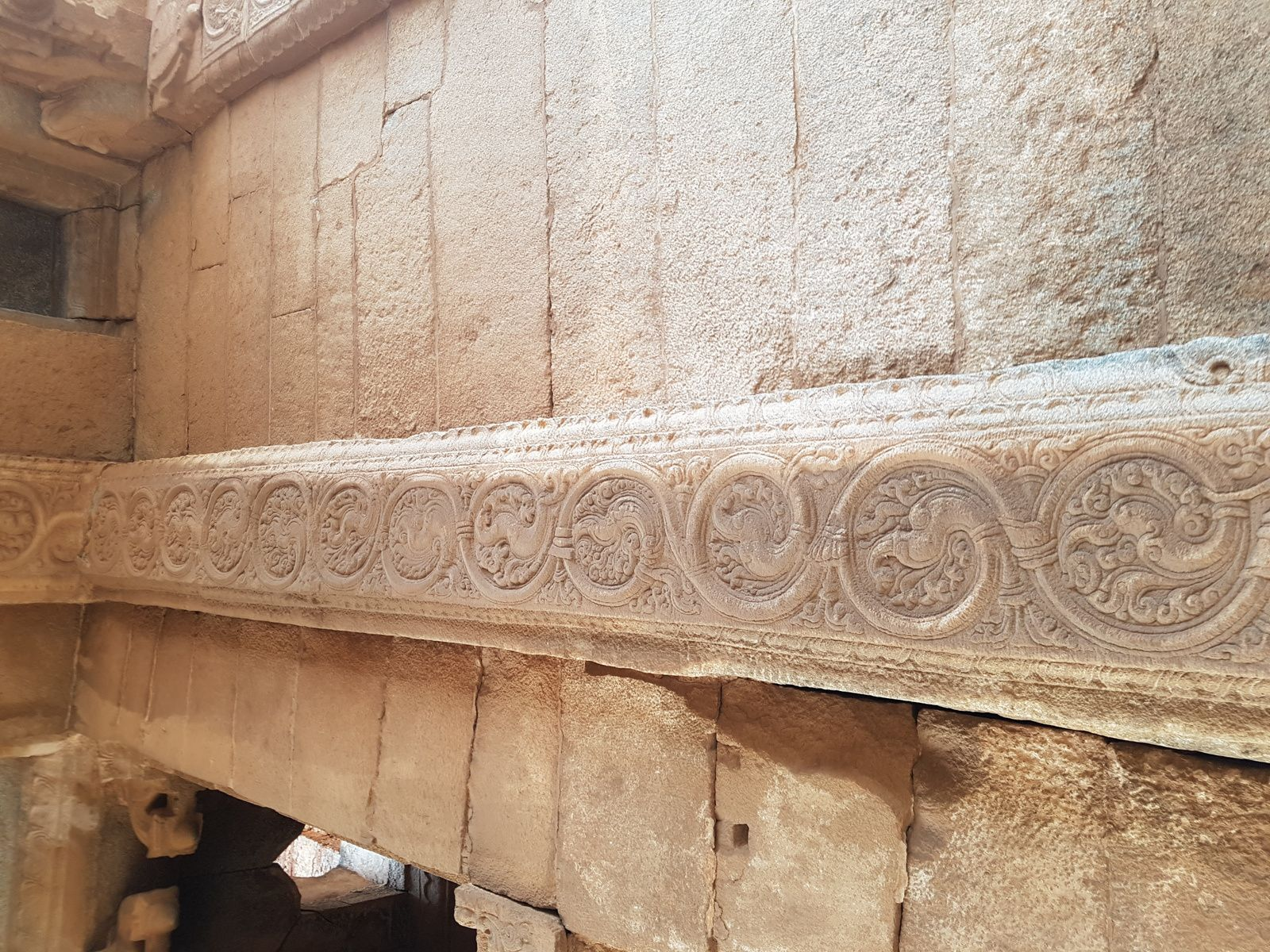 LE GOPURA  oriental est en restauration, normalement il devait y avoir plusieurs étages (5 à 8) en briques avec de la statuaire , ici nous avons le détail de l'intérieur du porche, remarquez les superbes Apsaras et les animaux mytiques.   Il y aurait représentés les dix avatars de Vishnou.