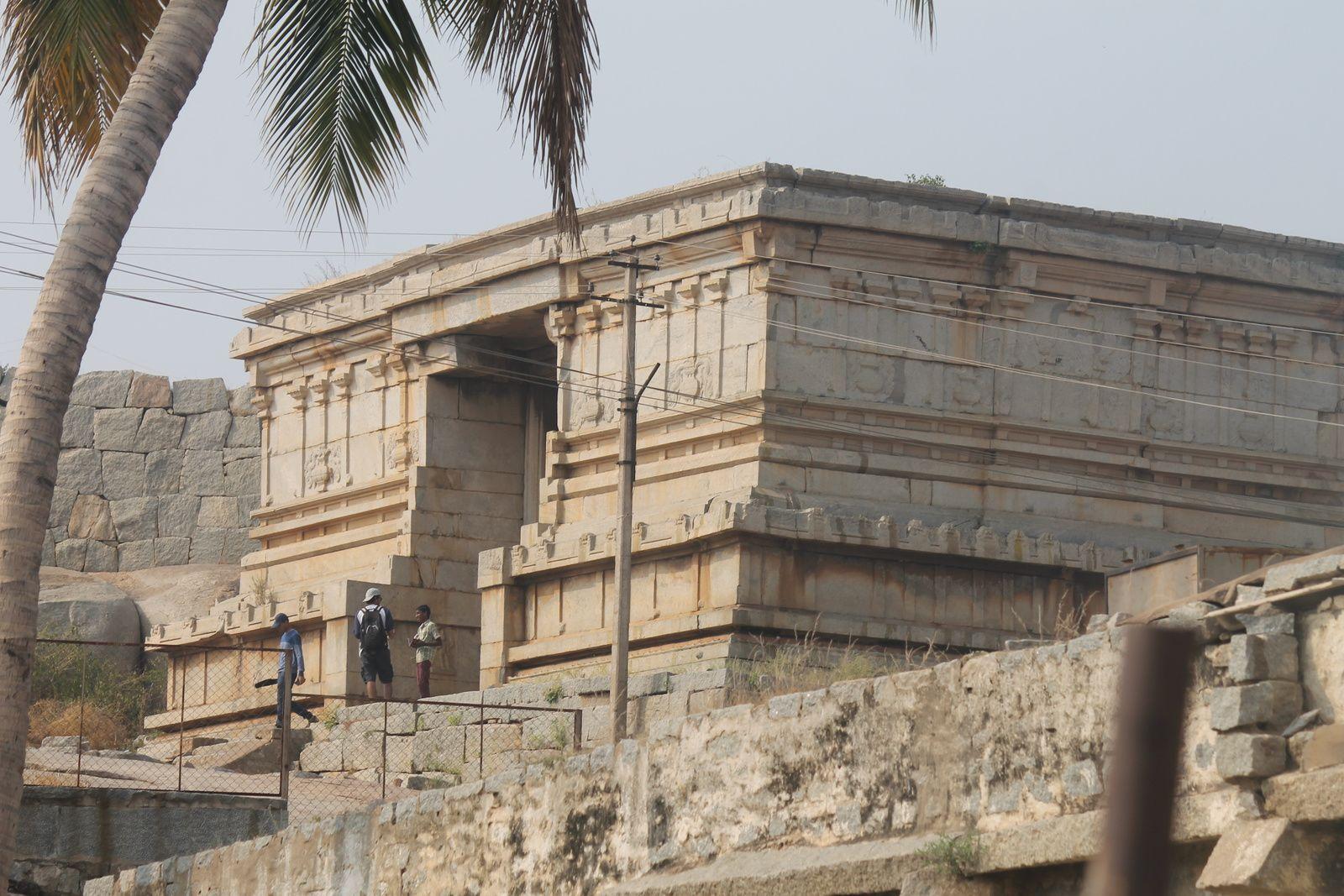 Le long du chemin, nous voyons ces mêmes blocs de pierre tombés du ciel gràce à Hanuman, des ruines de magasins à colonnes de chaque côté de la route  , des pèlerins revenant ou allant dans le sanctuaire et émergeant  du haut des arbres  une vision du sommet  du gopuram tout de jaune pale revêtu !!