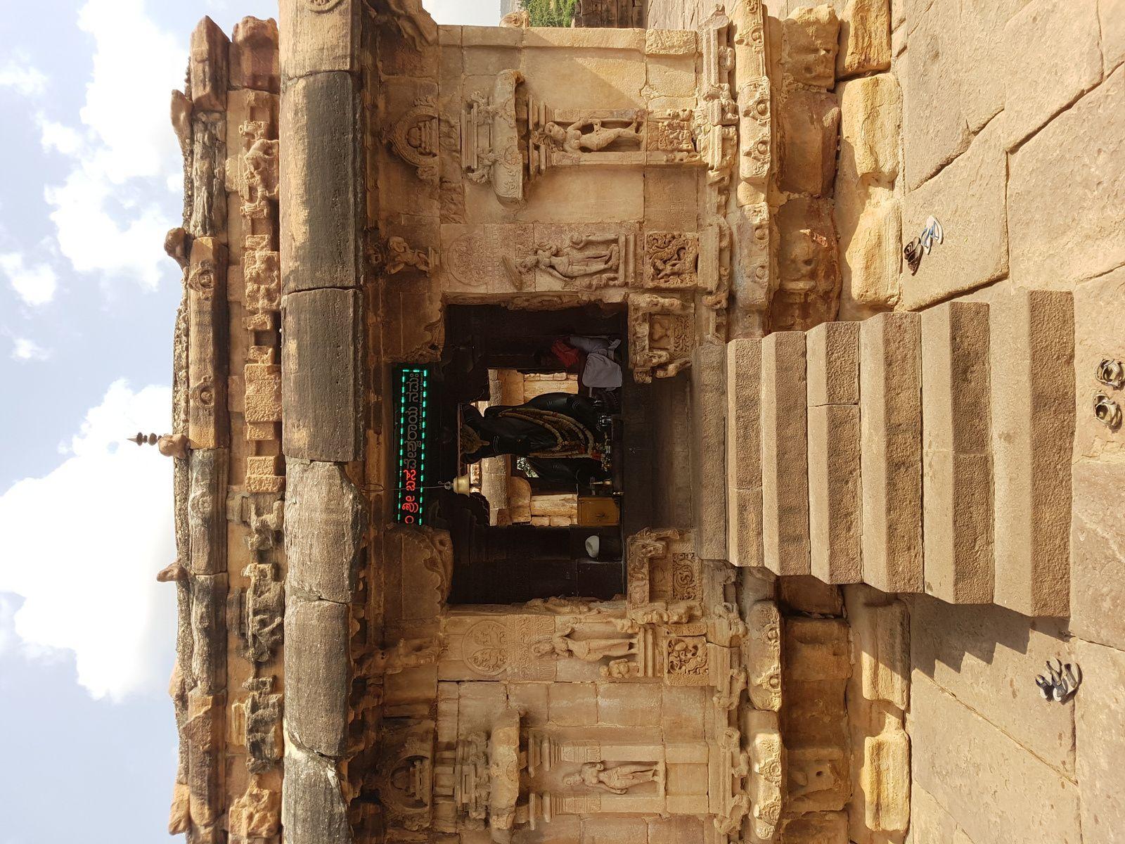 Nous quittons ce sanctuaire de NANDI, et face à nous un porche pour rentrer dans le sanctuaire de VIRUPAKSHA