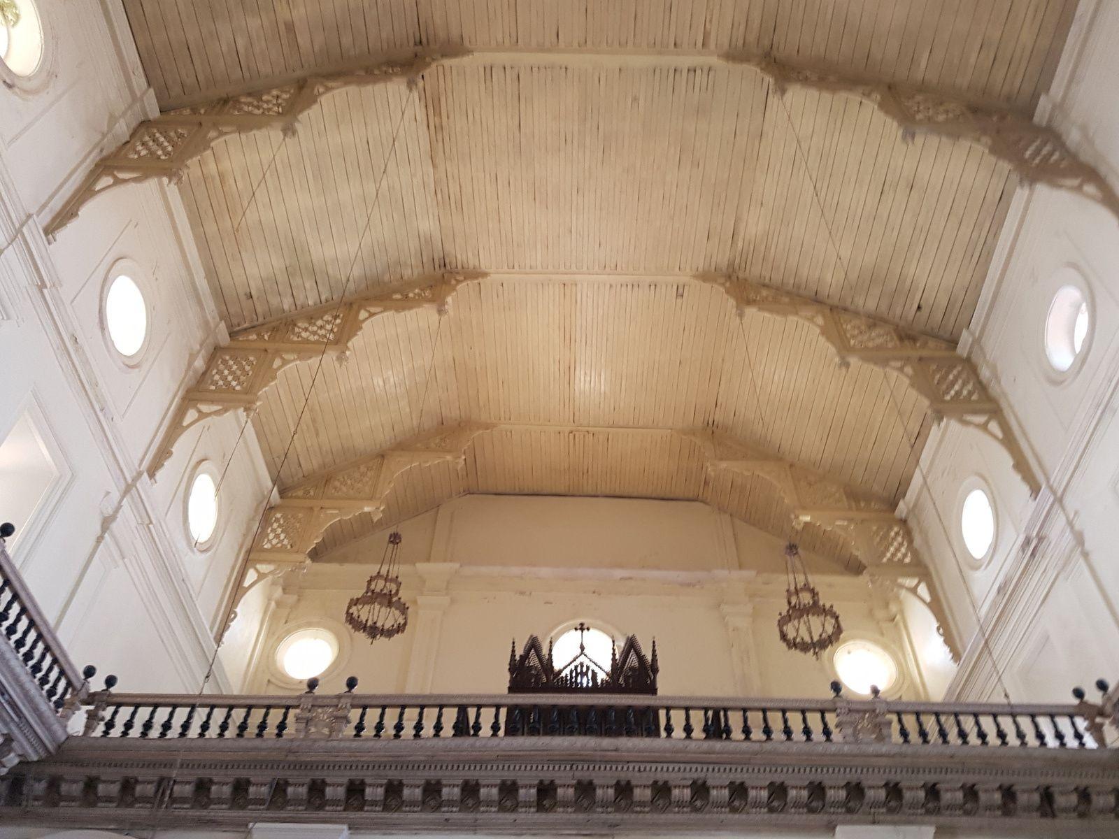 Les autels et la chaire de prédication, de style baroque ..attention les angelots vous surveillent !!!