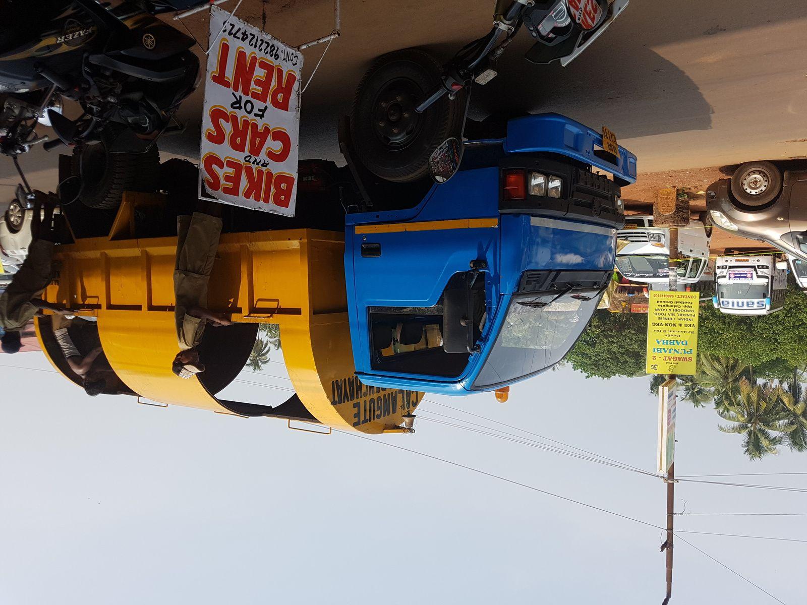Le camion jaune et bleu ramasse les ordures....