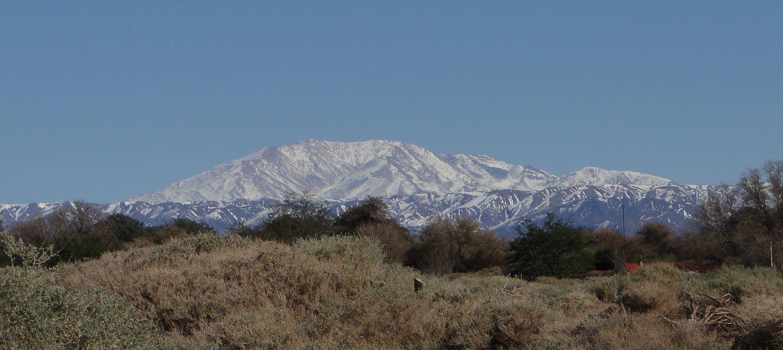 Une image plutôt rare du mont Quimal enneigé - 4.280 mètres d'altitude - Cordillère de Domeyko (Photo : Eldesiertoflorido).