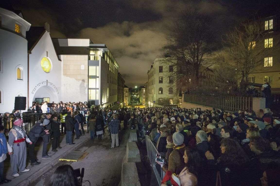 Musulmans et juifs se donnent les mains autour de la synagogue à Oslo