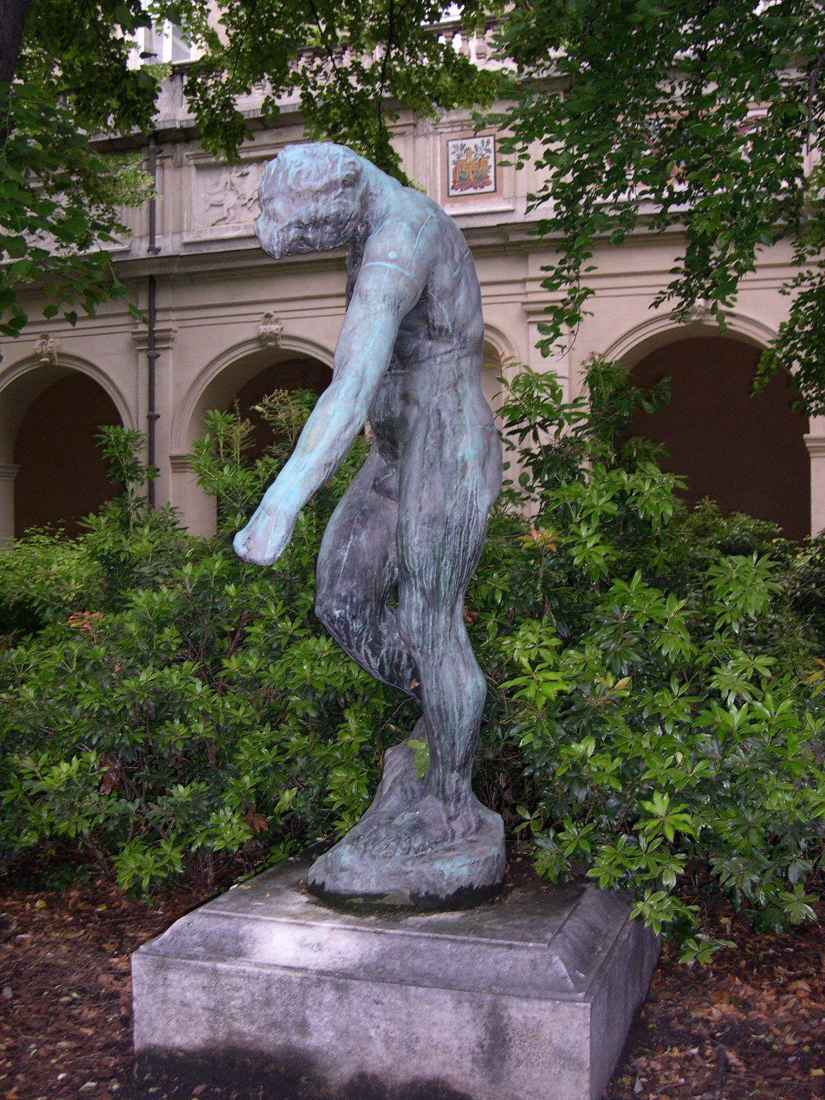 Connaissez-vous cette statue en bronze ? On l'appelle l'Homme Debout. D'après vous, quel en est le sculpteur ?