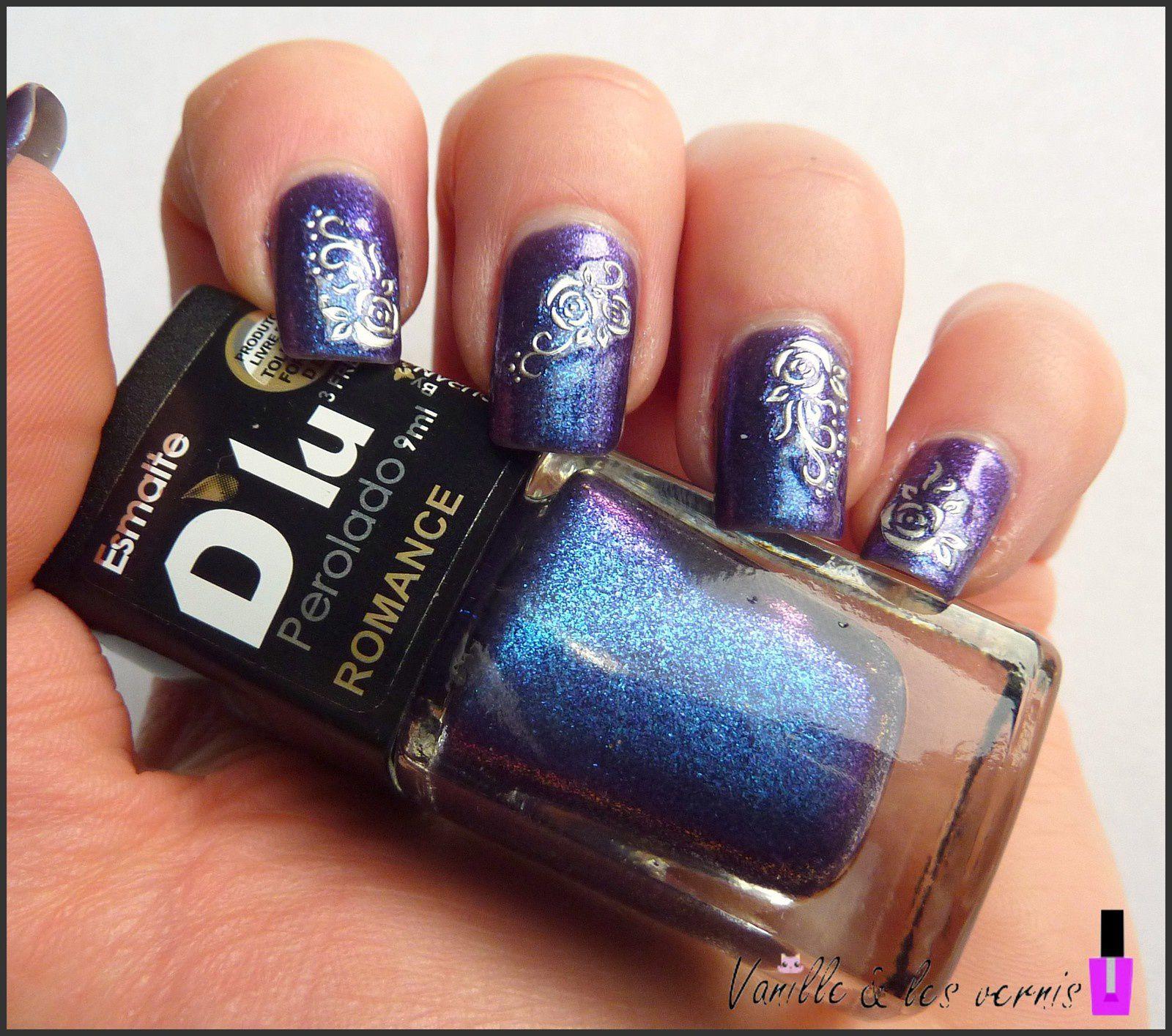 Fleurs et arabesques sur violet changeant