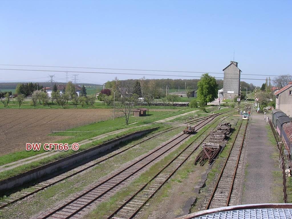 """La """"bourreuse"""" automotrice de l'entreprise   et une vue de la plate forme de la Gare de Vigy modifiée"""