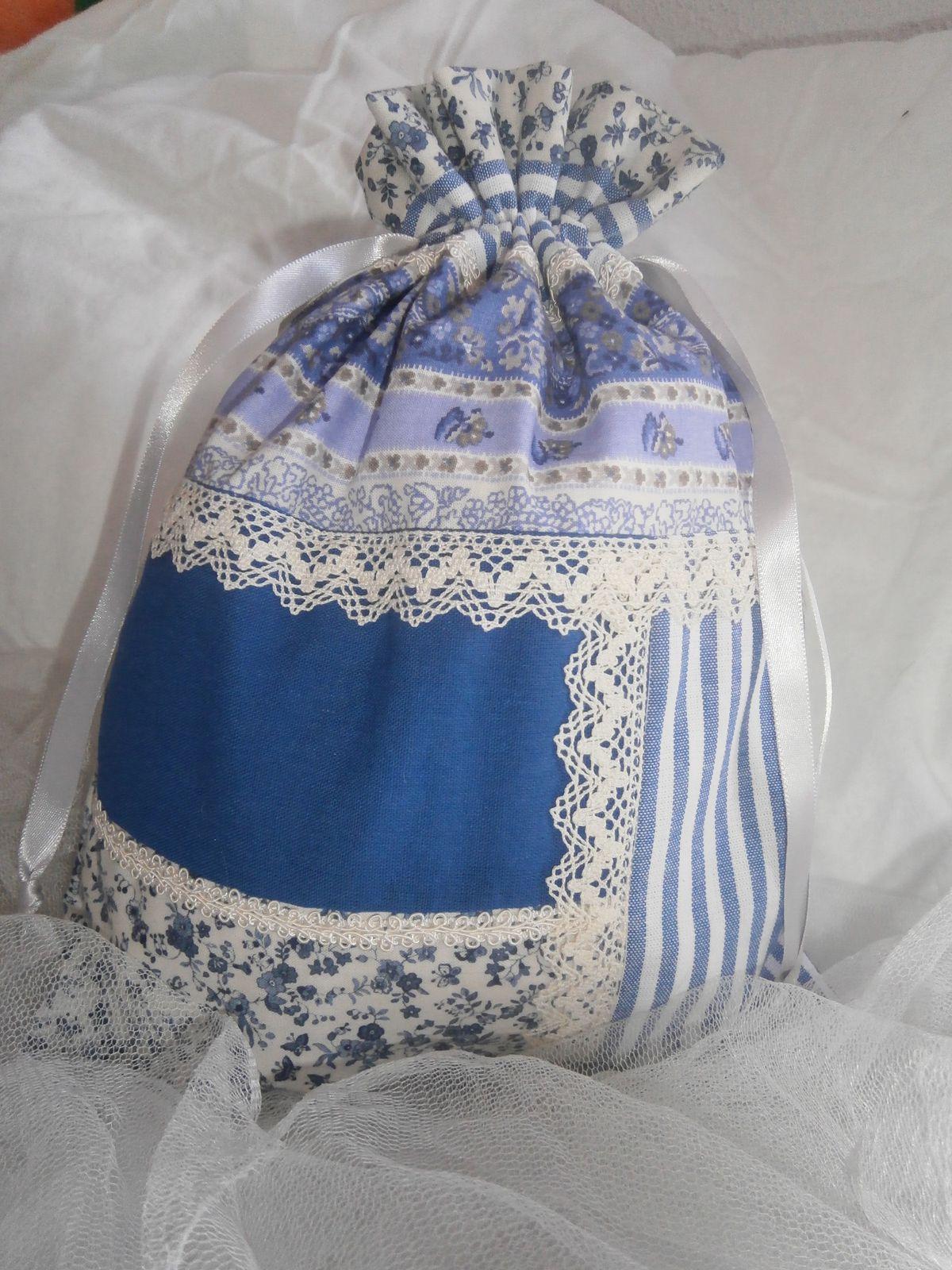 pochons bleus et dentelles et mon cadeau d'anniversaire !!!