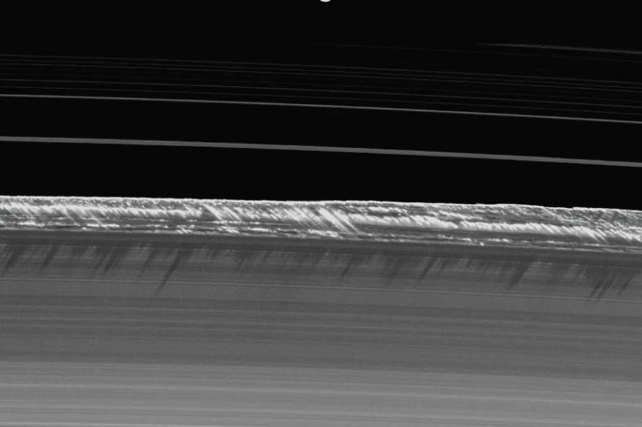 31 :58 : Les ombres portées de quelques constituants des anneaux.