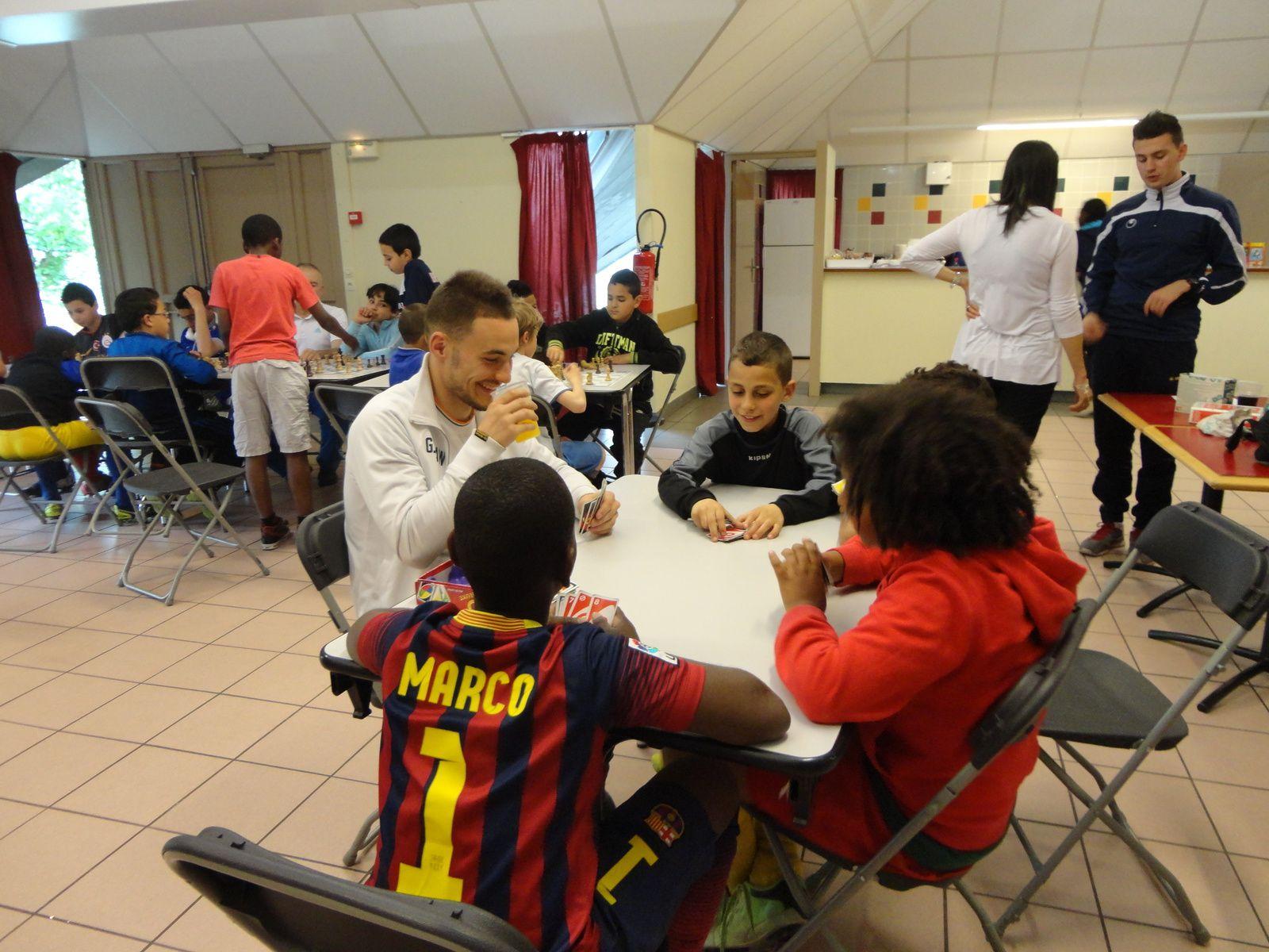 Les plus jeunes ont commencé à apprendre les régles du jeu d'échec avec beaucoup de concentration