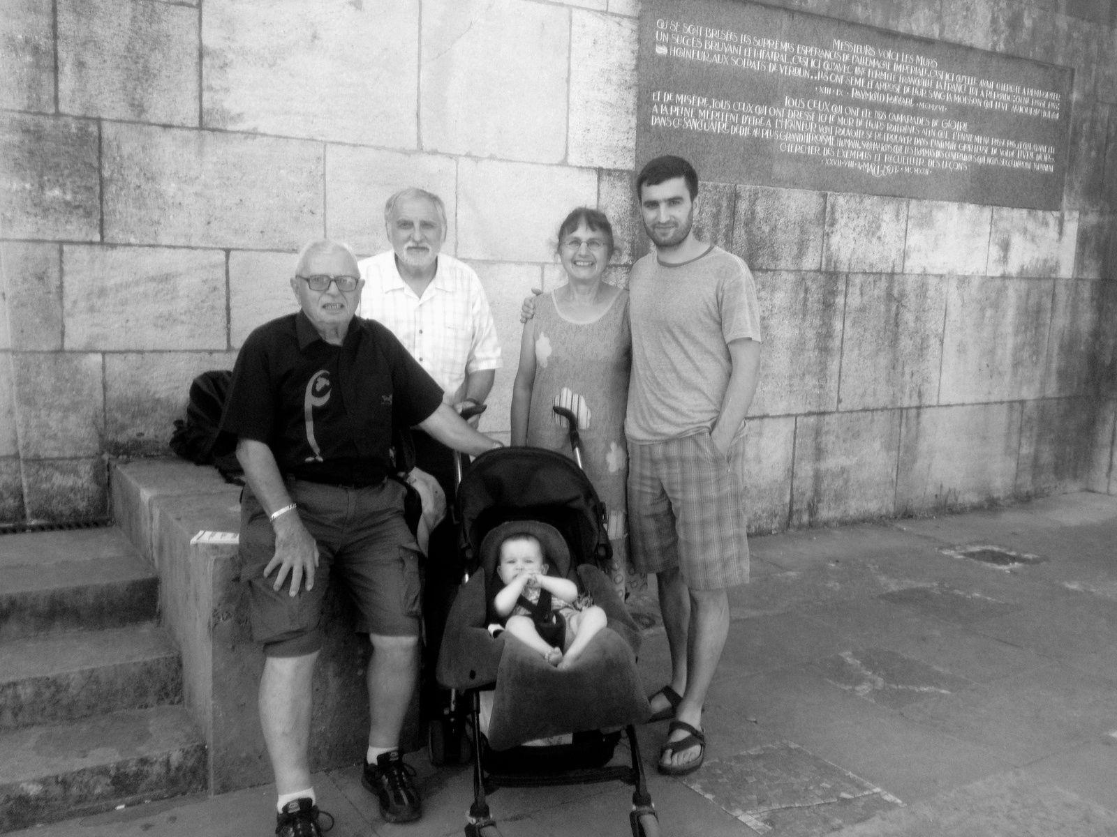 Devant le monument de la victoire à Verdun où on a retrouvé la carte de la médaille de Verdun de l'adjudant ALIBERT Cyprien avec Jean Alibert mon père, Jean Persico mon époux et Simon et Hanna les deux générations suivantes
