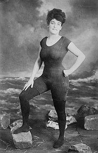 Annette Kellerman in posa con il costume in un solo pezzo. In questa occasione li indossò sopra ad un paio di calze..