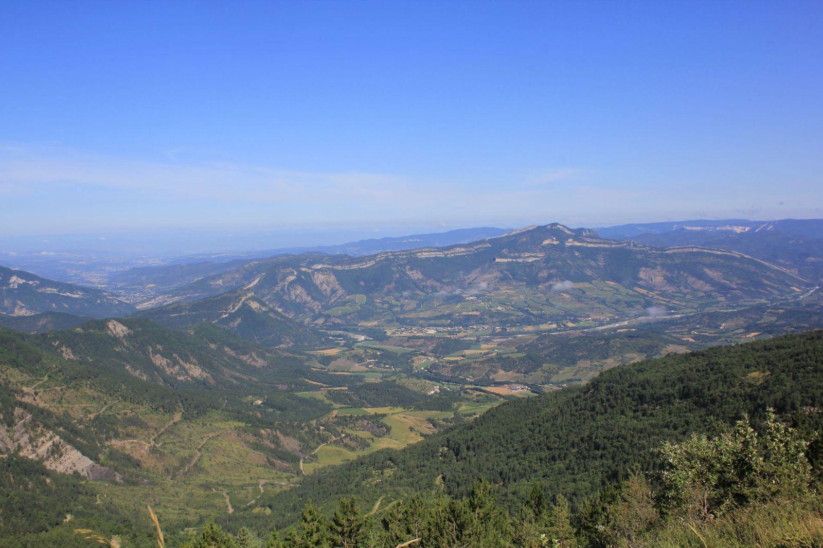 Sur le Plateau de Solaure, on aperçoit le Vercors. Gaudichart par exemple.