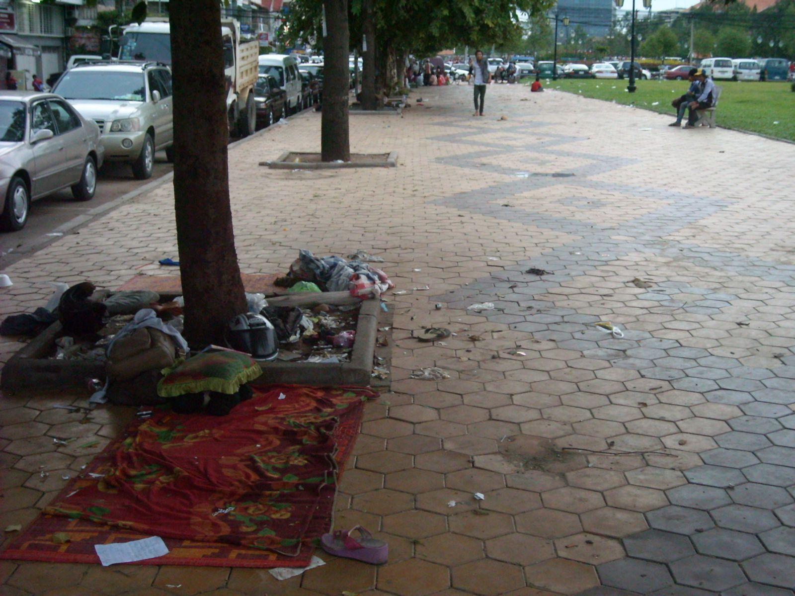1. Vue sur les berges de la presqu'ile...je commençais déja à dechanter  2. Vue sur l'autre rive     3. C'était comment déja? Petit paradis verdoyant    4. Là j'ai fait demi-tour    5. Route fort sympathique pour rejoindre le pont    6. Et je vous épargne l'odeur  7. et 8. Parce qu'en dehors des lieux touristiques pour lesquels je vous ai mis des photos, Phnom Penh, c'est essentiellement ça!    8. Amok, spécialité cambogienne