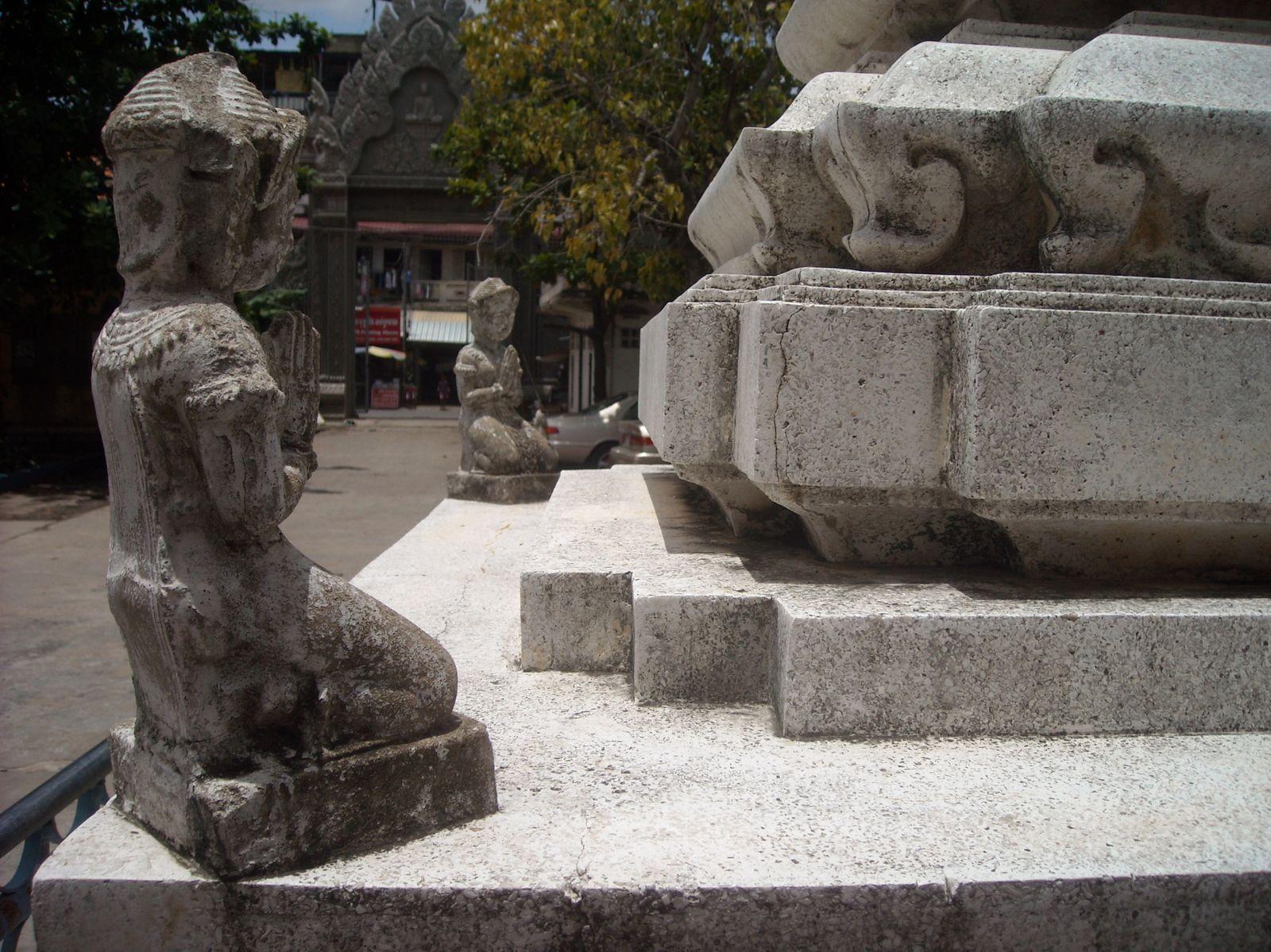 1. et 2. Le Stupa  3.à 6. Wat Koh (de jolies et moins jolies choses)  7. à 9. Wat Sompov  10. et 11. Wat Preah Puth  12. So many fruits!!!  13. à 15. Wat Mohamontrei  16. et 17. Il pleut un peu ici!