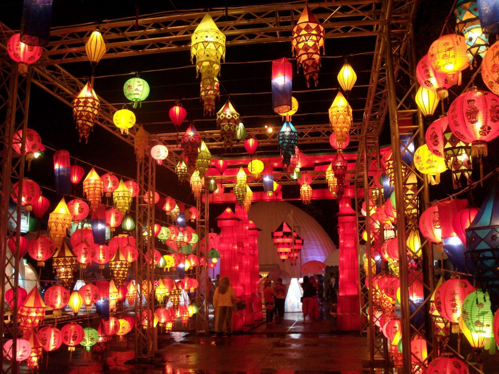 1. Cours d'eau entourant la vieille ville   2. Pèse personne...dans un temple!   3. à 13. Plein de temples   14. à 17. Festival des lanternes