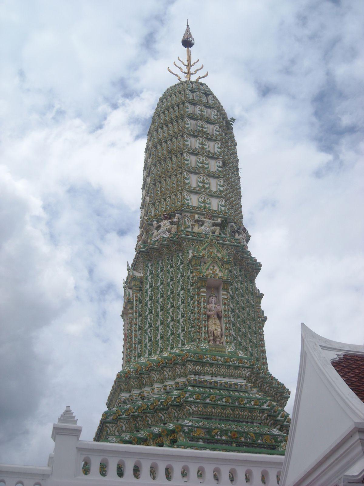 1. Entrée de Wat Traymit  2. Bouddha en or pur   3. Porte de China Town   4. Rue de China Town   5.  Sérieusement, qu'est ce que c'est que ça??   6. Toit de Wat Mangkon Kamalawat   7. Intérieur du temple  8. Offrandes fleuries    9. Temple inconnu mais fort joli   10. Idem   11. Wat Suthat   12. Donc c'est pas juste moi qui psychote, on est d'accord!   13. La balançoire géante    14. Le temple   15. Birthday girl    16. Toujours dans l'enceinte du temple  17. Ils ont l'air tellement vrais...    18. La 2ème, c'est interdiction aux durians (à cause de l'odeur) et la dernière...