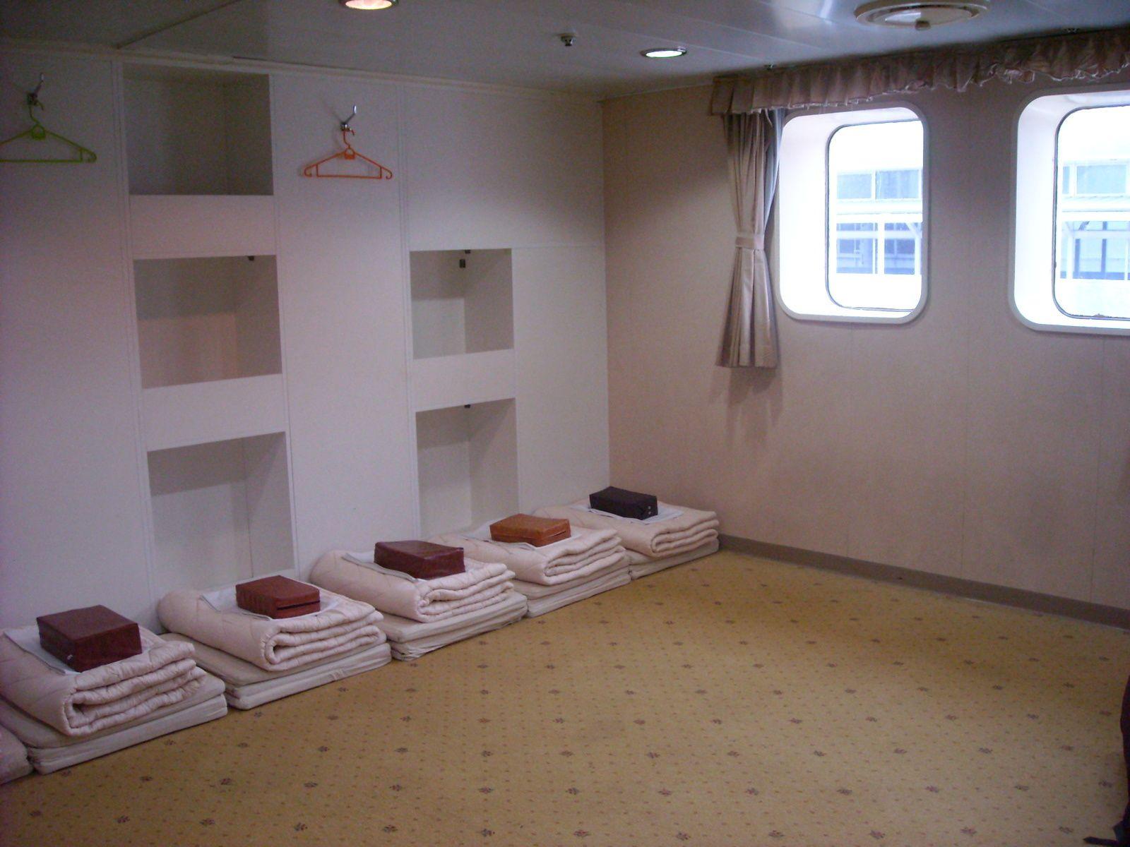 """1 et 2. la gare (tres belle) de kyoto   3.notre ferry   4. la chambre    5. la """"douche"""""""
