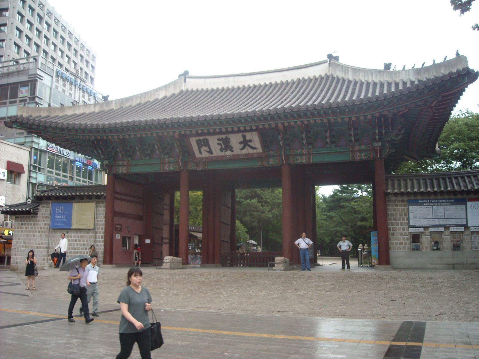 1. la porte de Deoksugung  2. gratte ciels   3. bus de police a la queue-leu-leu   4. mais ils font pas trop peur quand meme    5. rubans jaunes en hommage aux victimes du ferry    6 a 12. interieur du palais   13. myeongdong!