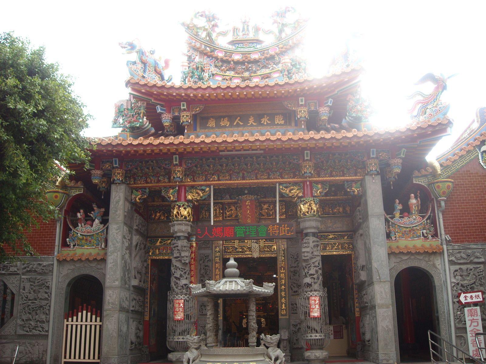 1. petite rue  2. a 4. fort provincia  5. a 7. Temple martial   8. vive les arcades!  9. a 11. le temple que j'ai pris pour le mausolee...  12. a 15. le mausolee   16. a 20. le taipei fu city god temple   21. autre petite rue