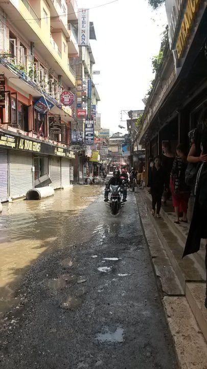 1. la petite allee de mon auberge  2. gadoue gadoue!!  3. la kumari  4. a 19. durbar square  20. a 24. petites rues autour de durbar square  25. c'est l'inondation!!!