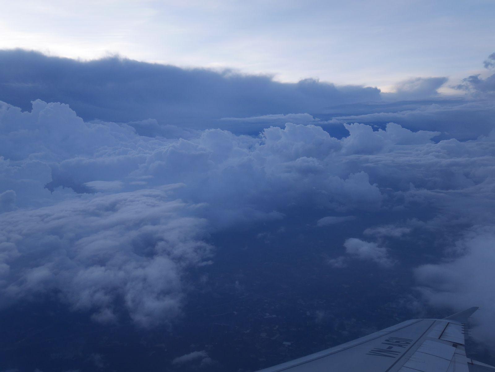 1. Heureusement que je pars, il pleut!   2. à 4. Miam...   5. Dans l'avion    6. L'aéroport de Mumbai, très joli pour ce que j'en ai vu   7. à 13. Sky     14. Retour du petit chat