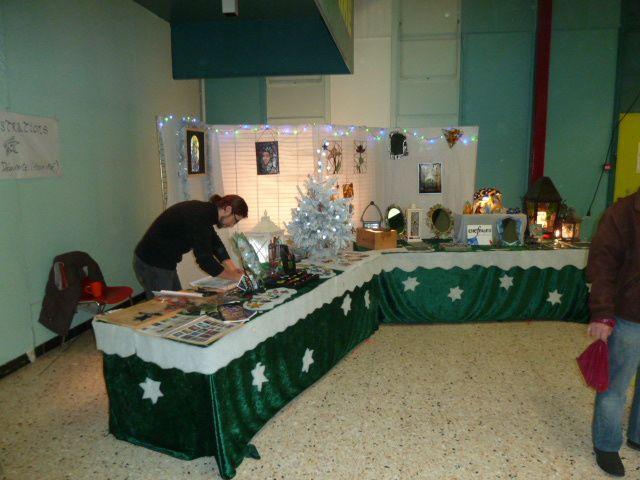 Un santonnier affairé à préparer des petites pièces pour son stand.