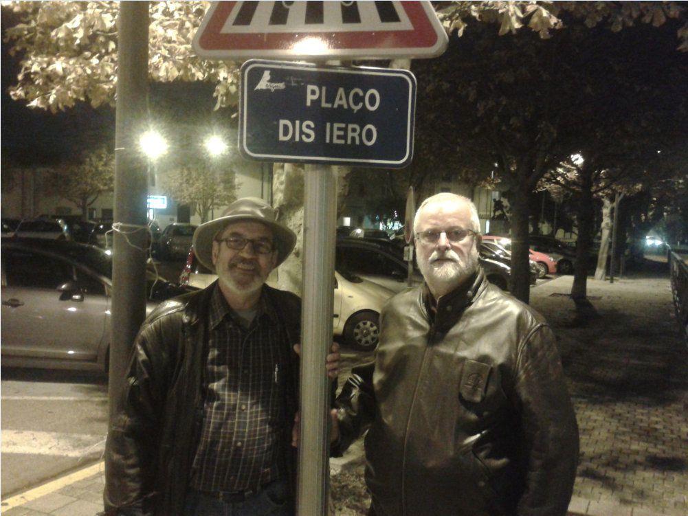 Voici deux compéres de la classe, qui sont-ils et surtout où a été prise la photo ?     Réponse : C'est la place à côté de l'école Jean Jaurés et nos deux compères sont Michel Moncho et André Corréard.