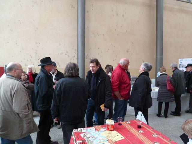 Monsieur le Maire est venu boire le vin chaud avec nous sous la halle du marché couvert.