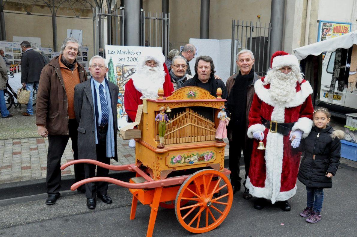 Le père Noêl avec son orgue de barbarie et son adjoint étaient présents pour le plus grand bonheur des enfants.