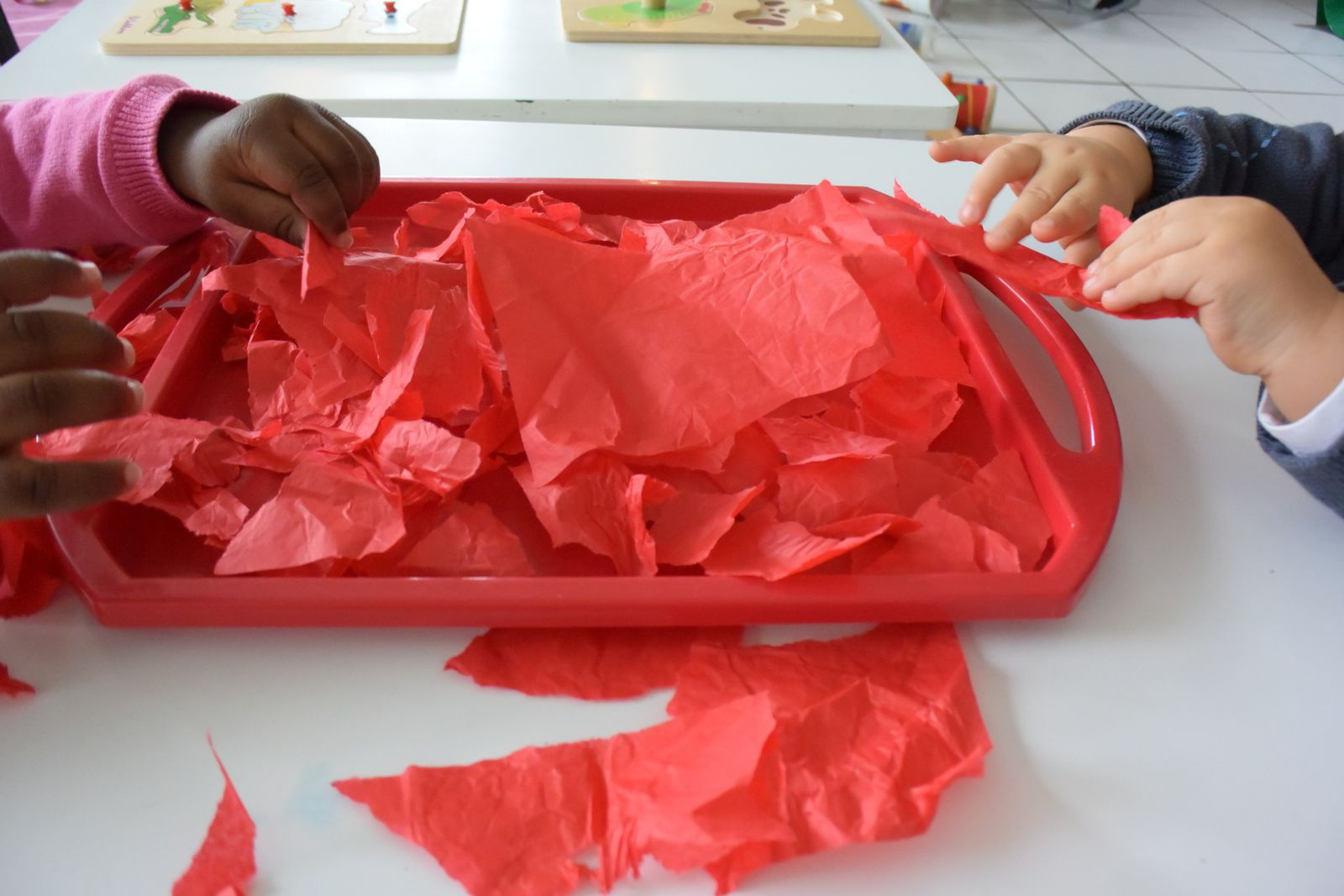 dechirer le papier de soie et le oser sur le papier collant