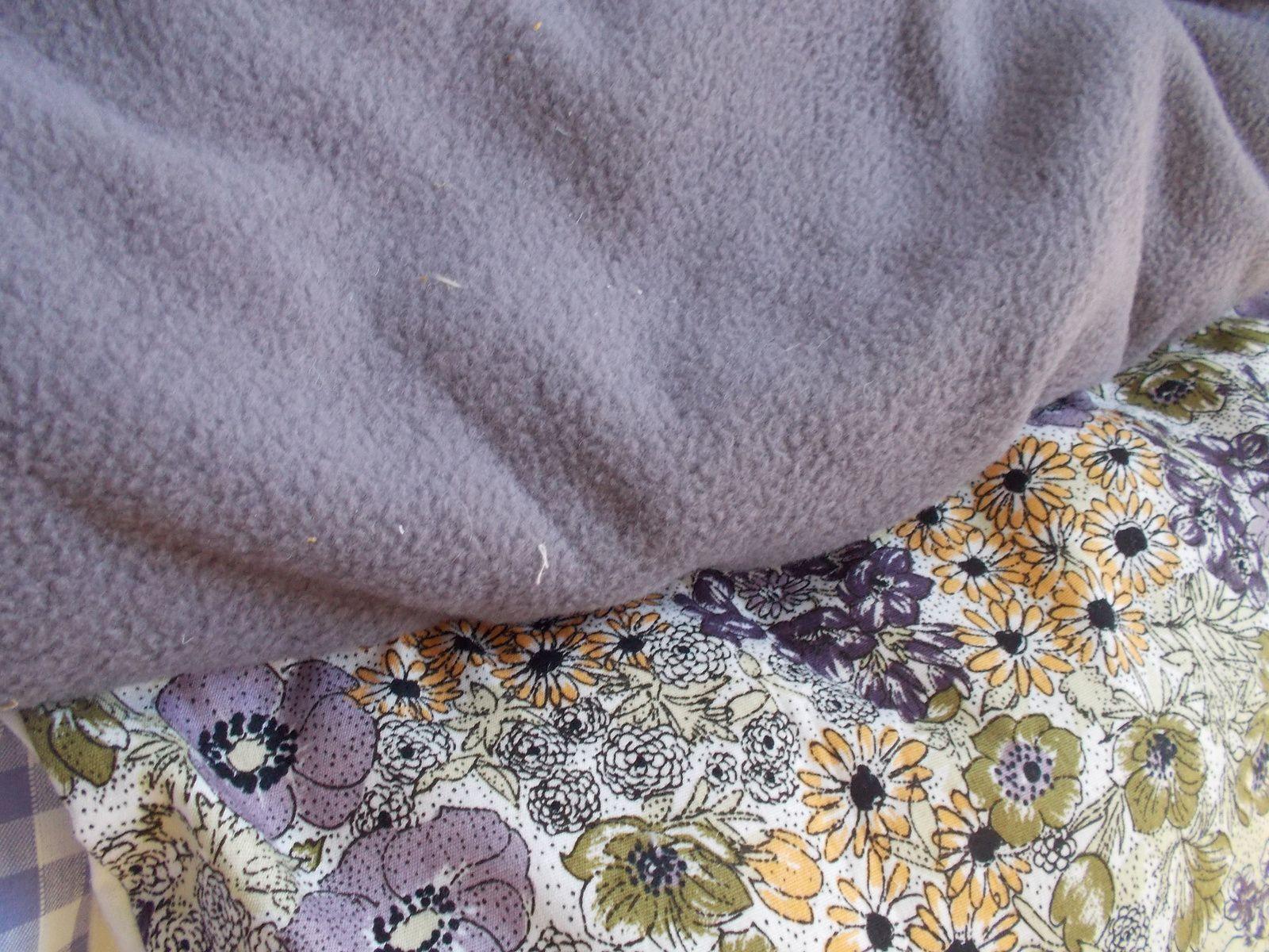 voici mon super tapis, je l'ai dessine il y a plusieurs mois, il ne me manquait que l'occasion. Un tapis rond à petales.