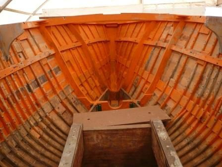 Vue de l'intérieur avant, bientôt cloisonné servira de puits aux chaînes.