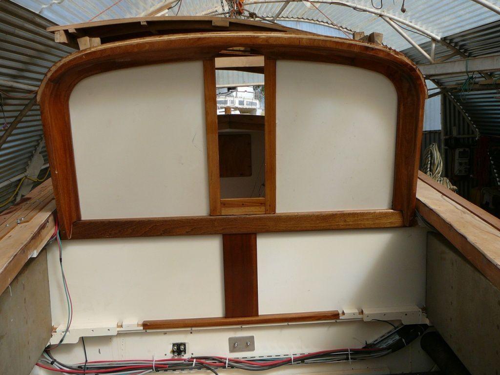 Après peintures et vernis la cloison est intégrée à la coque.