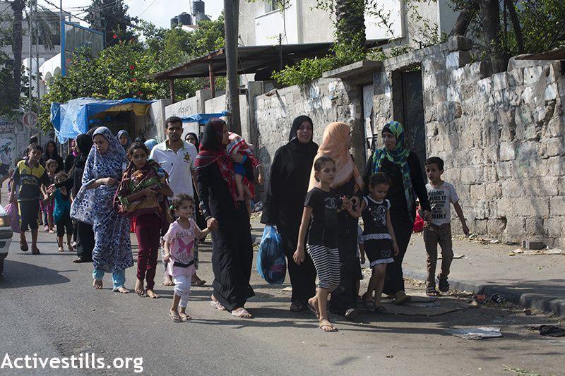 Des milliers de Palestiniens du quartier d'Al Shaja'ia fuient leurs maisons  et cherchent refuge dans la ville de Gaza après une nuit intense de bombardements et de tirs d'artillerie de l'armée israélienne