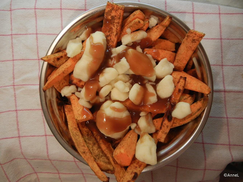 Poutine aux frites de patates douces épicées
