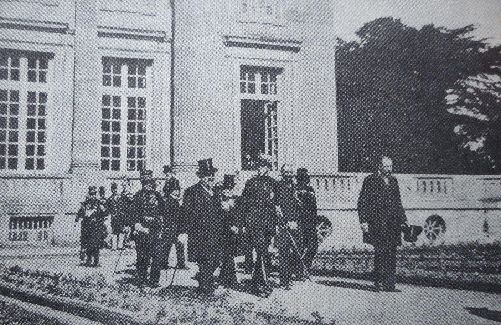 VISITE D'ALPHONSE XIII AU PETIT TRIANON EN 1905. PIERRE DE NOLHAC EST A LA GAUCHE DU ROI.
