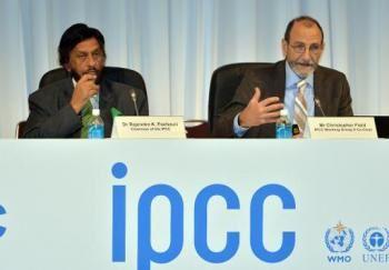 Le vice-président du Giec, Chris Field (d), lors de son discours avec à ses côtés le président de l'organisation, Rajendra Pachauri, ce lundi 31 Mars 2014à Yokohama