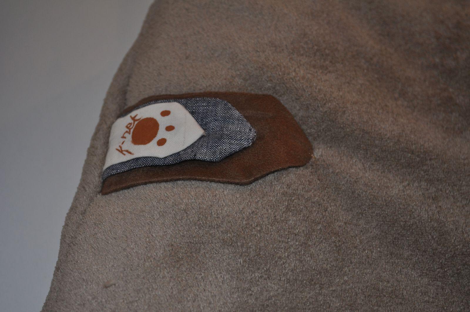 Une petite languette avec ma petite marque de fabrique et surtout avec les tissus du tour de lit