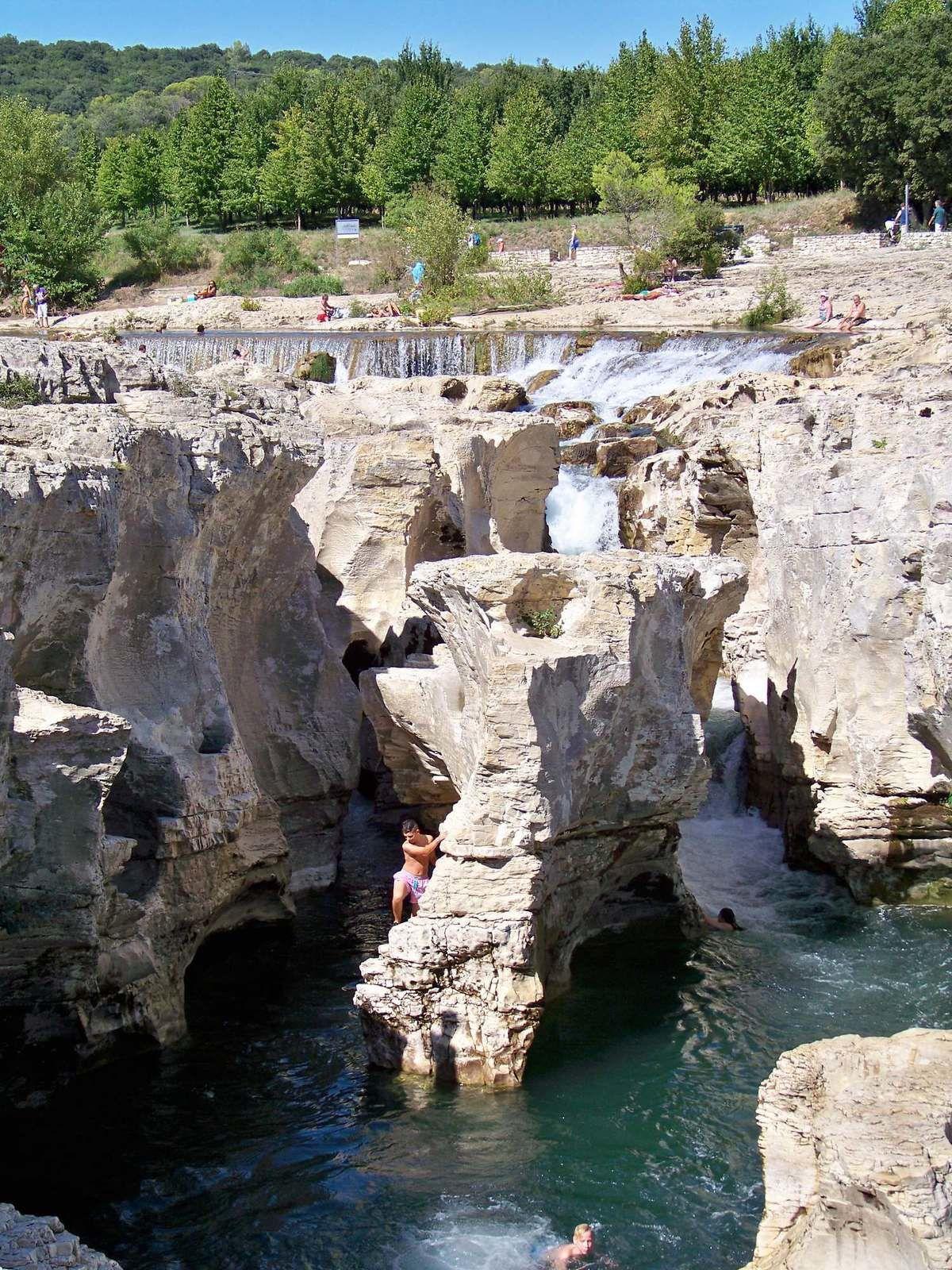 Les cascades du Sautadet sont une série de chutes d'eau et de rapides d'un niveau progressif de 15 mètres situés sur le cours de la Cèze,