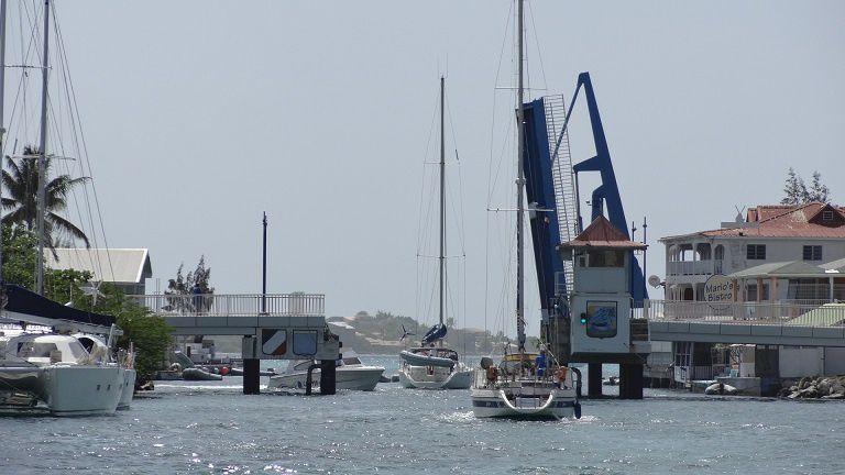 Saint Martin - l'entrée dans le lagon se fait au chausse-pied ! A peine 1m de marge de chaque côté !
