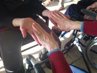 En massant les mains, c'est tout le corps de la personne qui ressent les bienfaits de la détente.