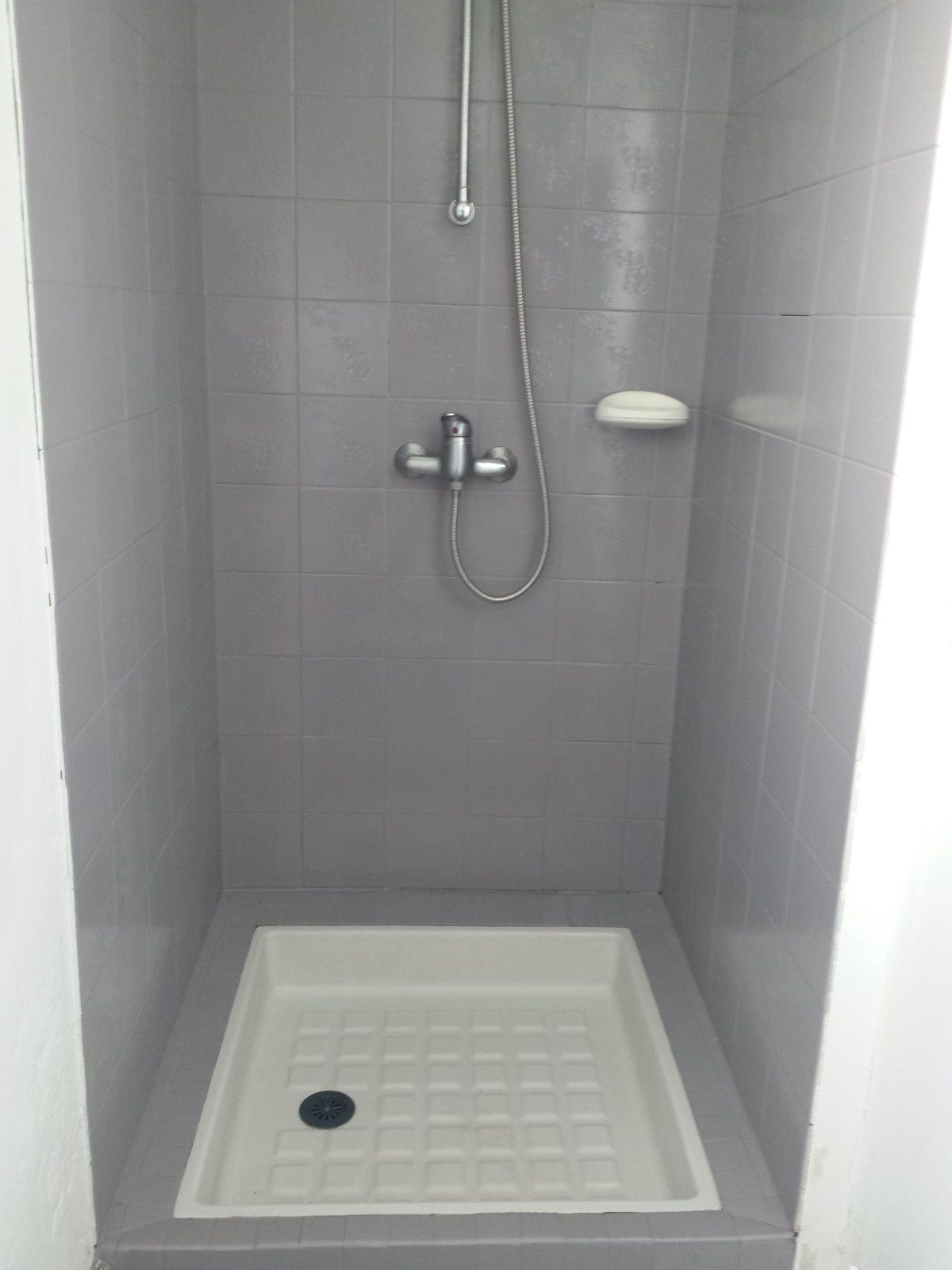 Fa ence de douche repeinte d co at home for Changer carrelage salle de bain
