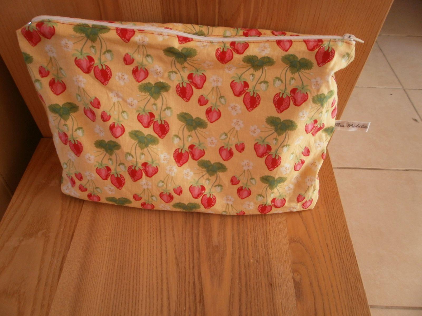 """poru Sathine version """" fraises à croquer """"( de Michael Miller) pour l'extérieur   , intérieur tissu uni fushia"""