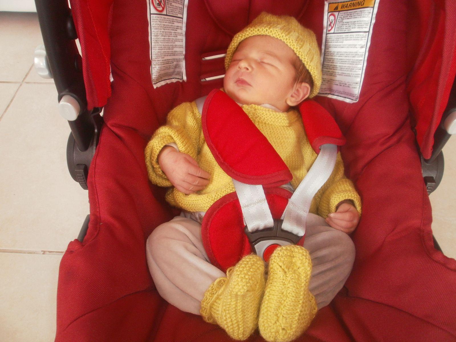 retour à la maison avec le petit gilet le bonnet et les chaussons tricoté par mes soins,