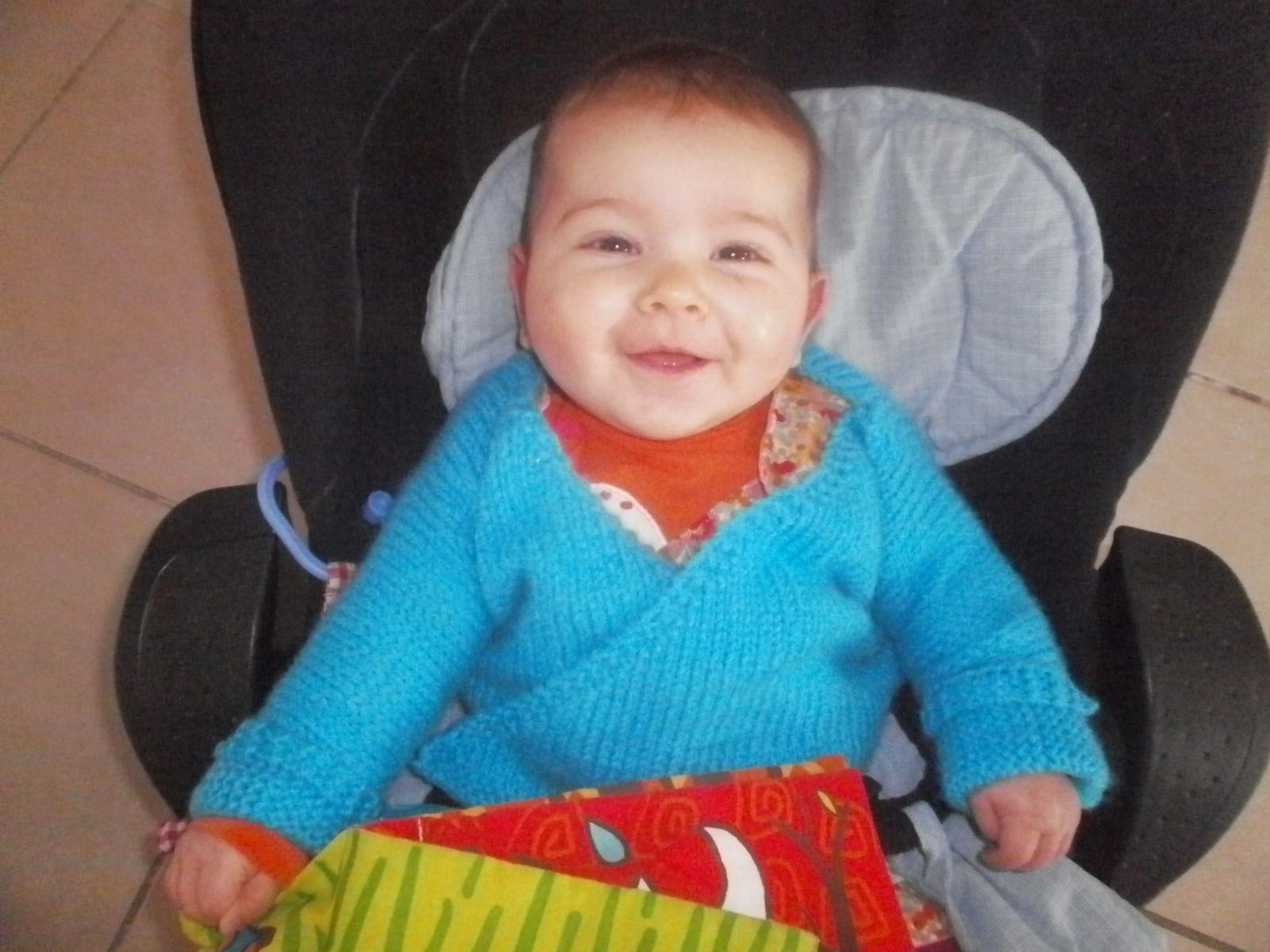 Loélie et son gilet brassière taille 12 mois bleu lagon