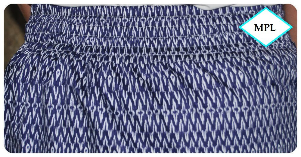détail de l'effet smockée de la ceinture dos