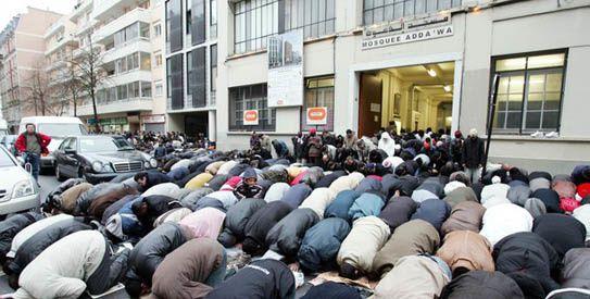 Prière de rue à Paris devant la mosquée Adda'wa.