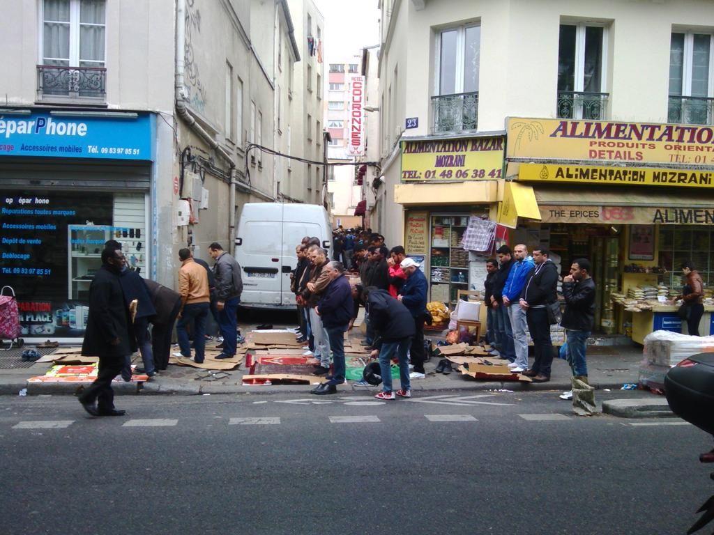 Prière publique impasse Questre dans le 11ème arrondissement de Paris. (Merci à @RdeMontauban)